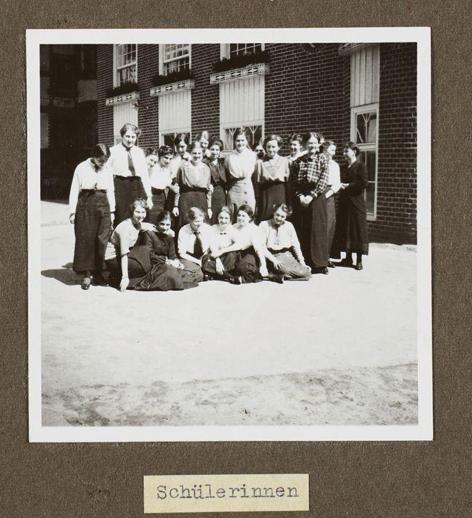 Seminarklasse vor der Sozialen Frauenschule
