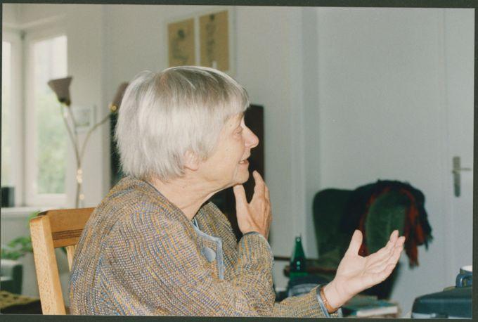 Dorothee Sölle im Interview, die Hände sprechen eine lebhafte Sprache. Köln 25.05.1999